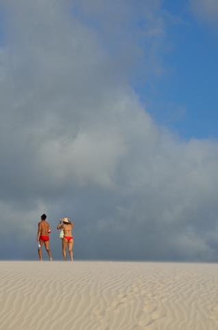 Brasileiros en traje formal, sunga, bikini y havaianas
