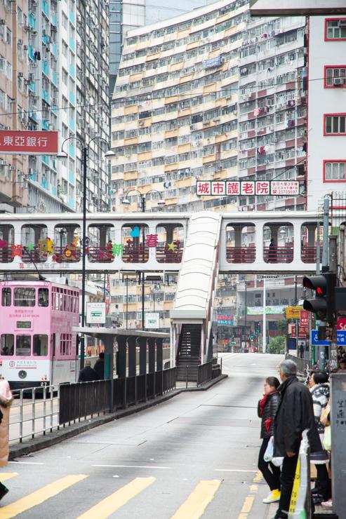 Puentes peatonales entre edificios con centros comerciales de baratijas