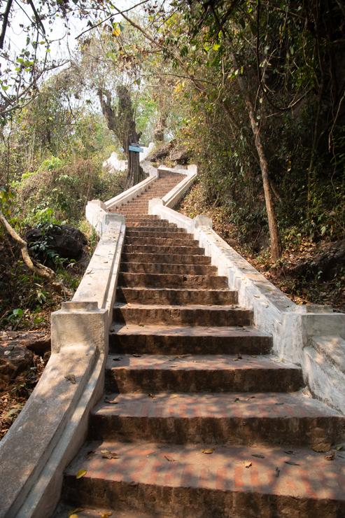 Escaleras hacia el templo del morro tutelar, Phousi