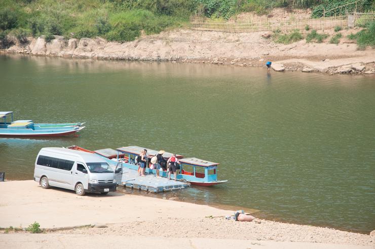 El puerto de Muang Khua con turistas dispuestos a pagar el flete completo