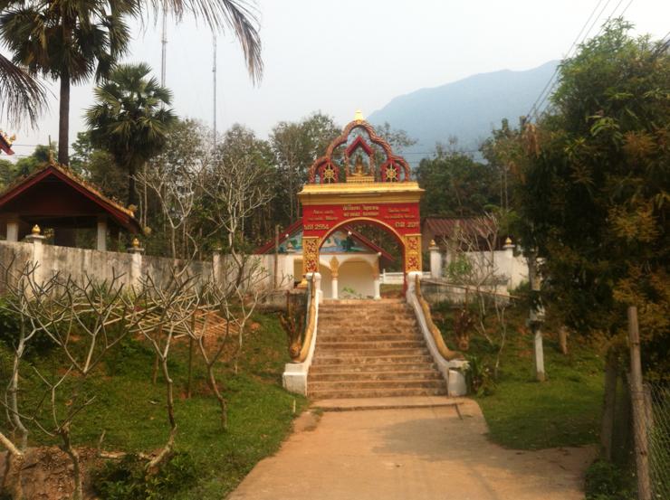 Entrada al templo de Muang Ngoi Neua