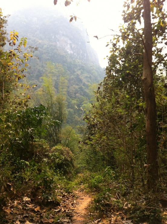 Camino a las cuevas donde la gente se escondía