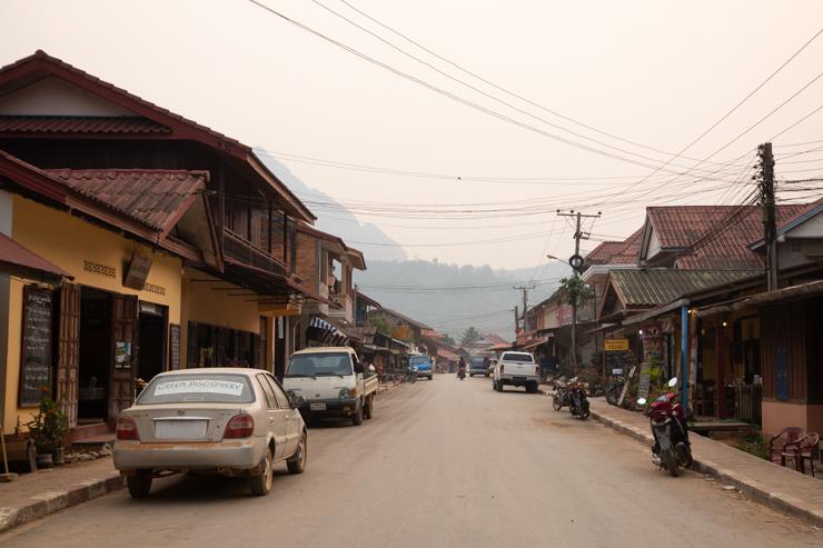 La calle principal de Nong Khiaw, es asfaltada!