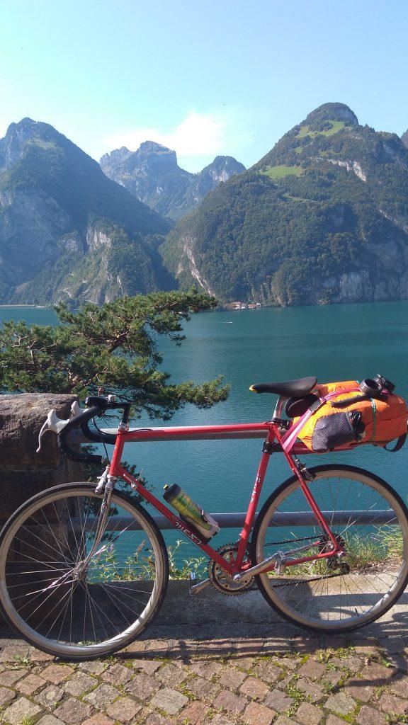Bicicleta con una mochila de pequeñas dimensiones. Lo necesario para tres días de viaje!