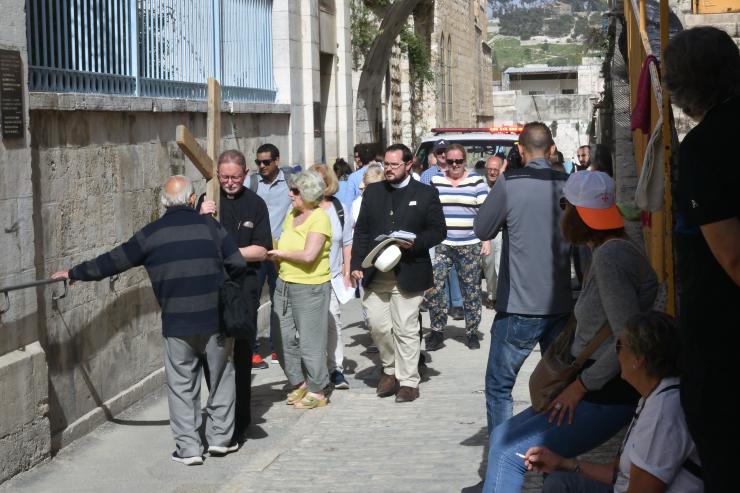 Grupos de resanderos dramatizando el viacrucis