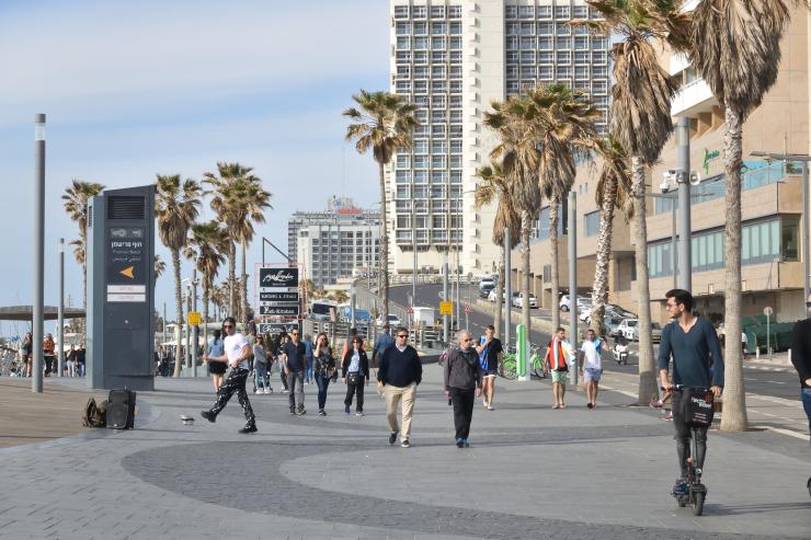 Gente en la costanera