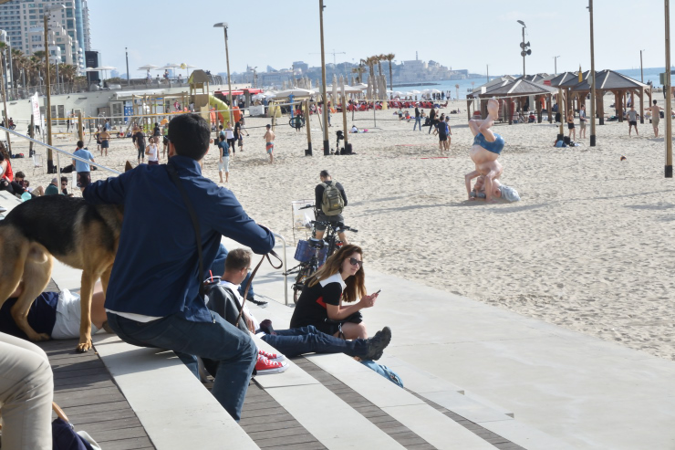 Gente mirando el mar