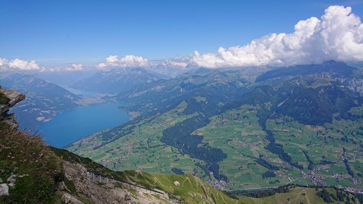 Vista de Interlaken al fondo dividiendo el Thunersee y el Brienzersee