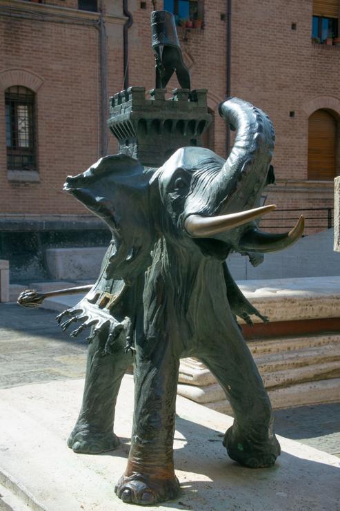 Para que no queden dudas, el animal de la contrada da Torre es un elefante. Este animal se volvió símbolo cuando en 1600 algo un elefante visitó la ciudad y generó tanta sorpresa que quedó como símbolo de uno de sus barrios.