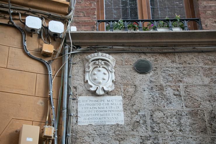 El caballero príncipe Mattias ha prohibido que en la calle Maestra di Salicotto no pueden habitar meretrices (putas). 11 Agosto 1630.