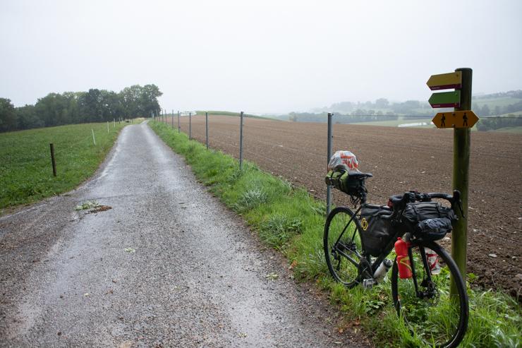 Camino bajo la lluvia entre el lago de Bienne y el de Neuchatel.