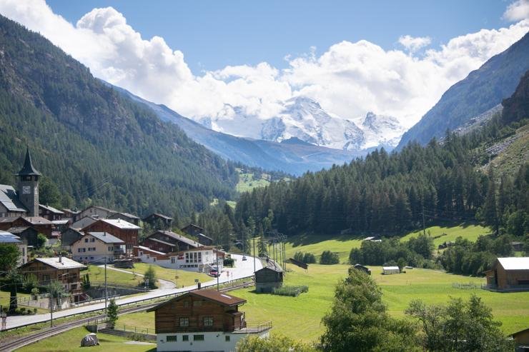 Randa en el Mattertal y al fondo el Breithorn