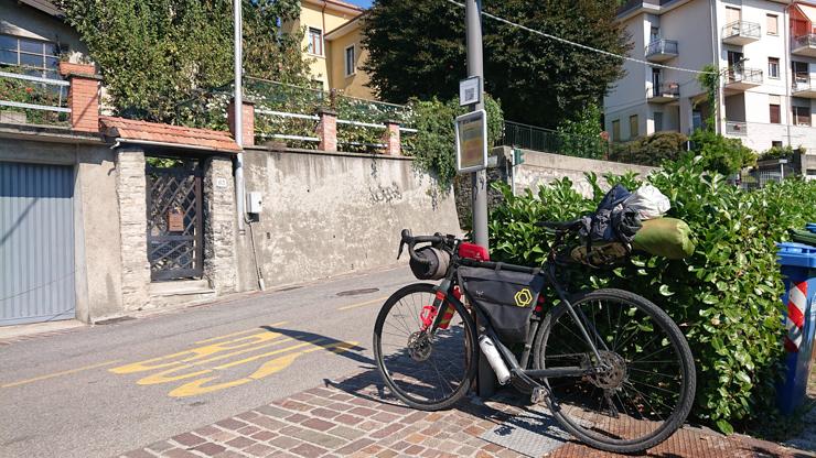 La bicicleta parqueada mientras yo hago pucheros