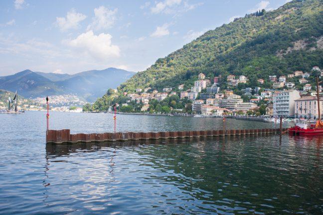 Vista del lago desde Como con Cernobio de fondo